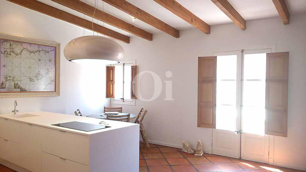 Vistes interiors del saló-menjador i dels sostres amb bigues de fusta