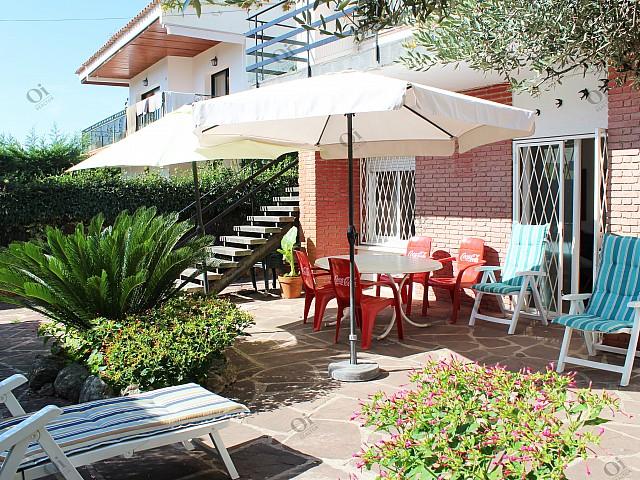 Casa pareada, situada en Lloret de Dalt. Es una planta baja con jardín.