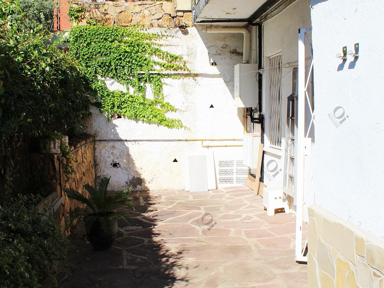 Парный дом, расположенный в Льорет-де-Дальт. Это первый этаж с садом.