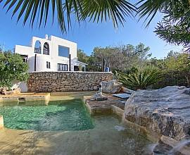 Espectacular vila d'estil eivissenc en lloguer a Cala Salada, Eivissa
