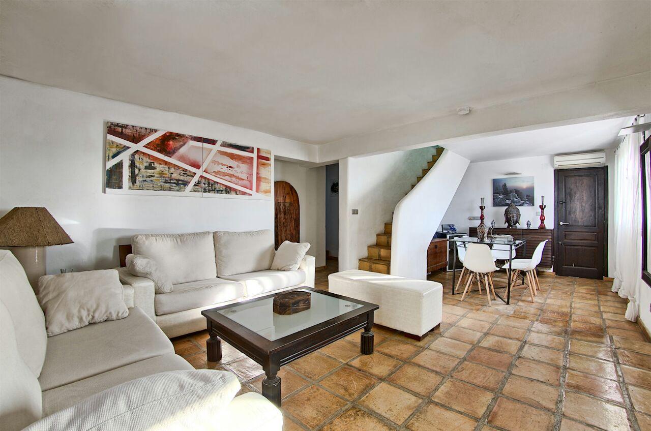 Просторная гостиная виллы в аренду в Кала Салада