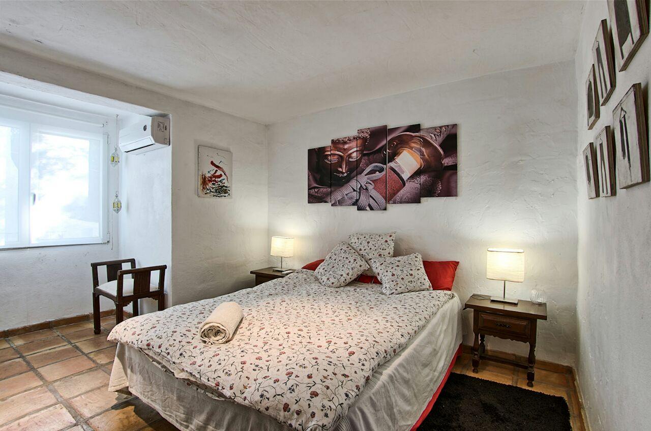 Эффектная спальня виллы в аренду в Кала Салада