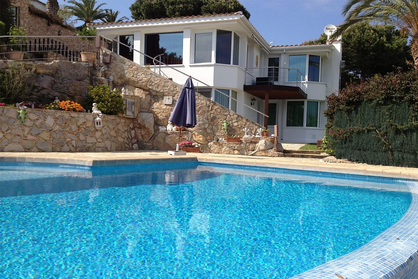 Шикарный бассейн дома на продажу в Льорет де Мар