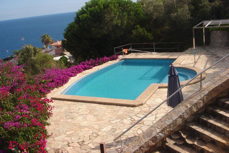 Gran piscina exterior amb vistes al mar
