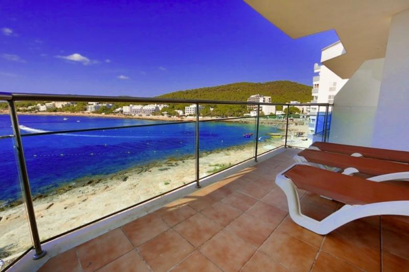 Gran terraza con buenas vistas al mar