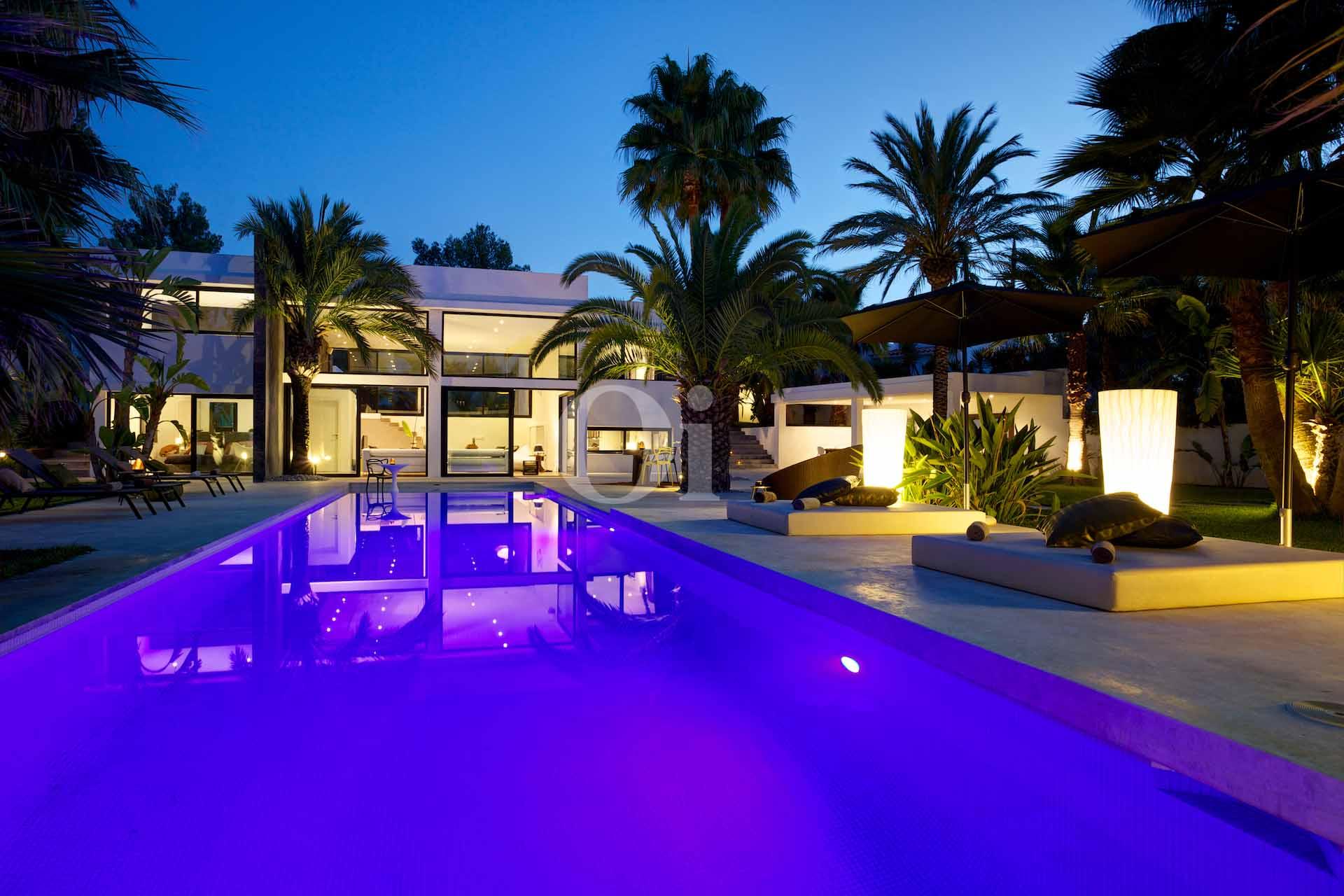 Vistas exteriores de la piscina