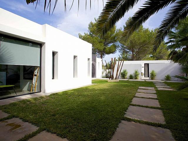 Exteriors de la casa amb el jardí