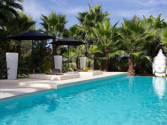 Magnífica piscina con tumbonas