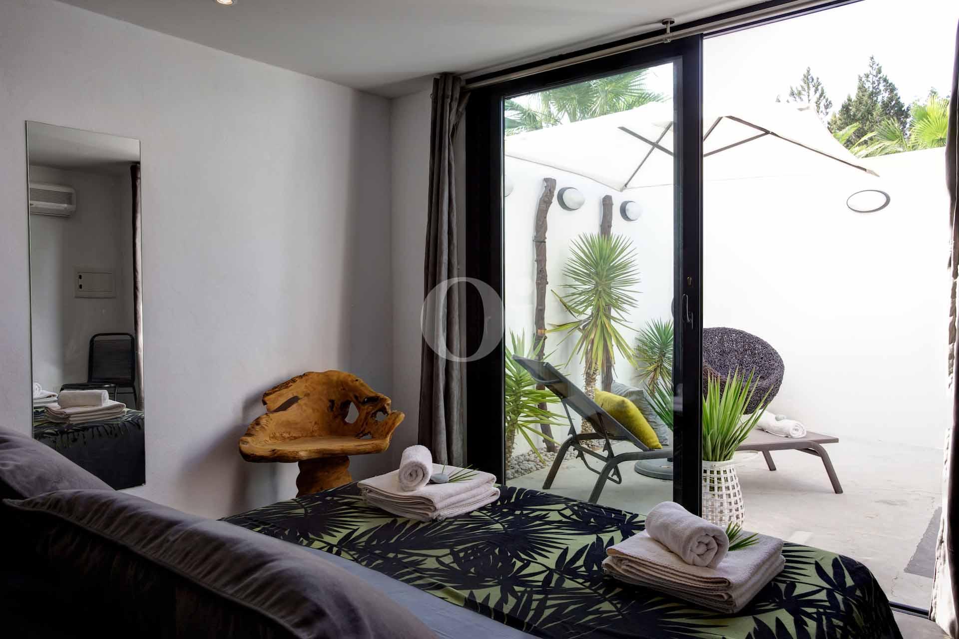Dormitorio con acceso a la terraza