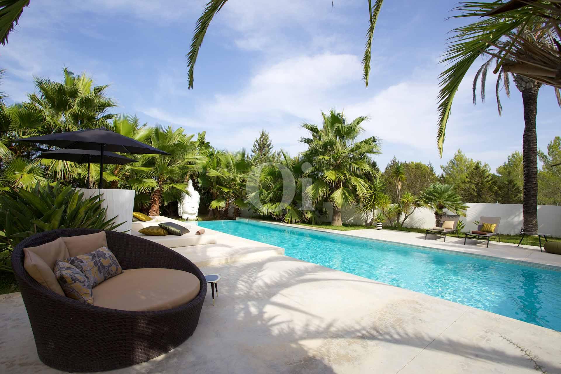 Jardín exterior con la piscina