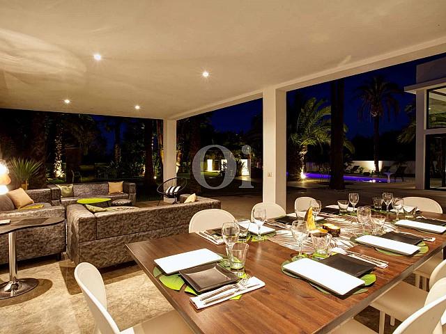 Magnífic saló-menjador amb grans finestrals