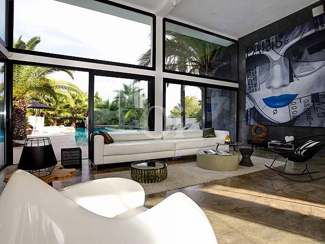 Maravilloso salón-comedor con grandes ventanales que conectan con el exterior