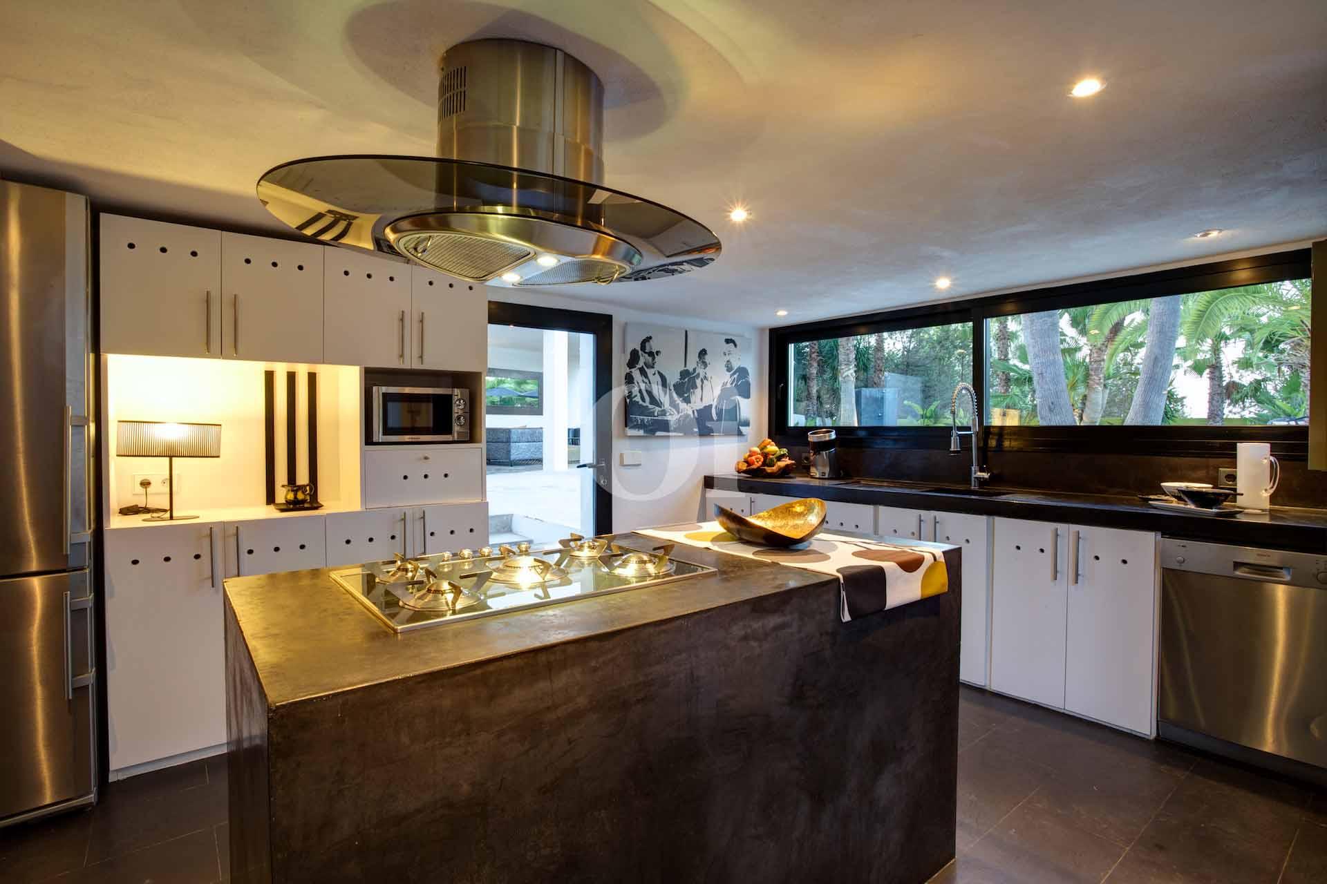 Magnífica cocina amplia con isla central de cocción