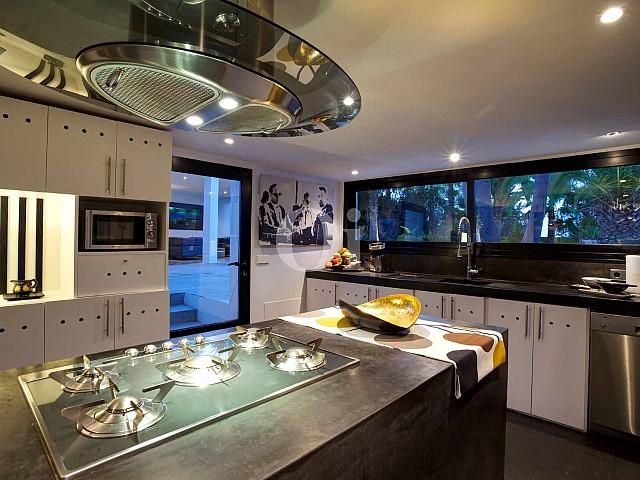 Большая кухня виллы на продажу на Ибице