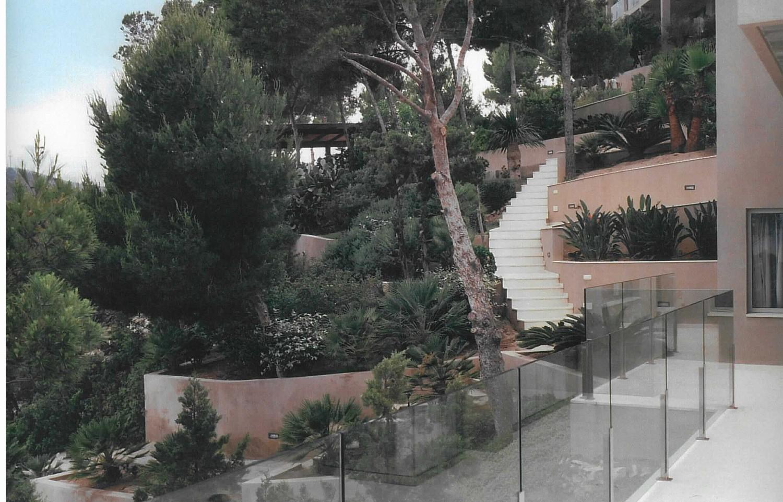 Propiedad rodeada de árboles y jardín