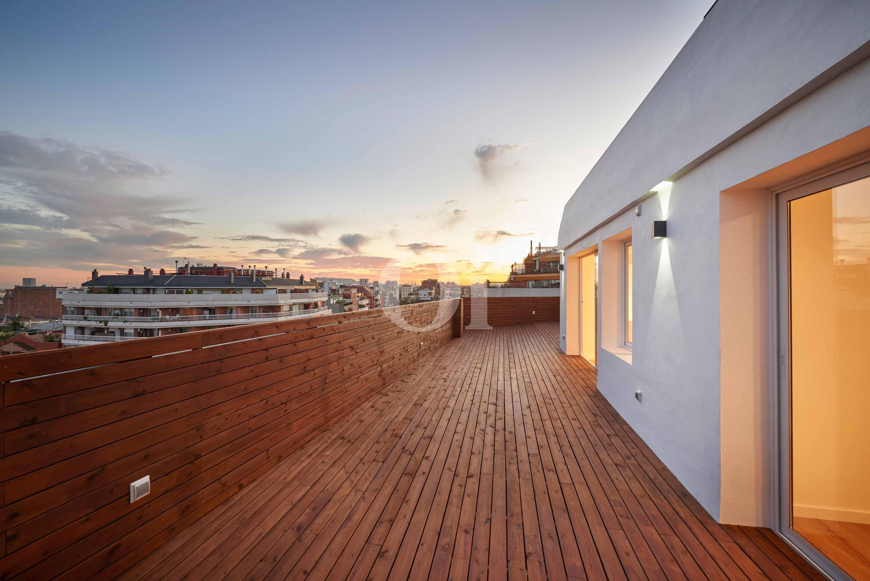 Gran terraza que rodea toda la propiedad