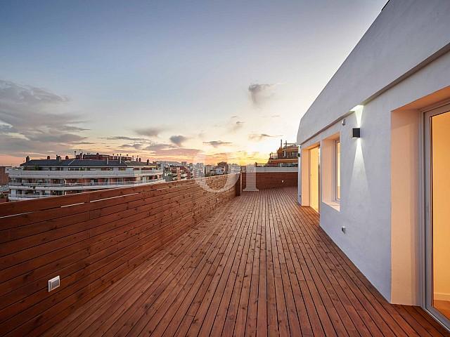Gran terrassa que rodeja tota la propietat