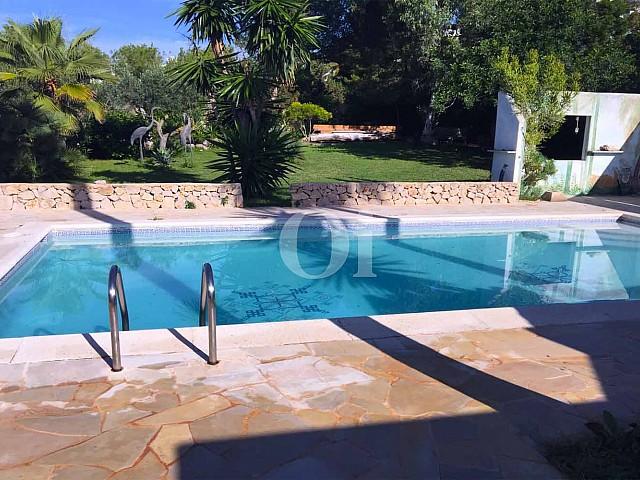 Потрясающий бассейн дома на продажу в бухте Таламанка