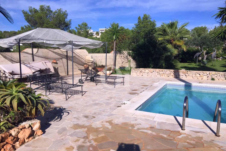 Exteriors de la casa amb el porxo i la piscina