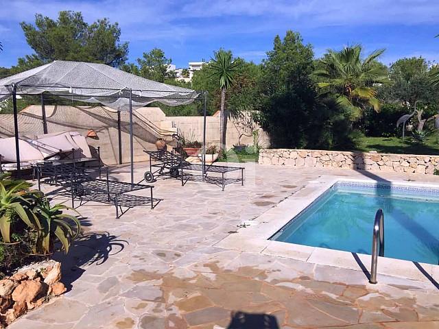 Exteriores de la casa con el porche y la piscina