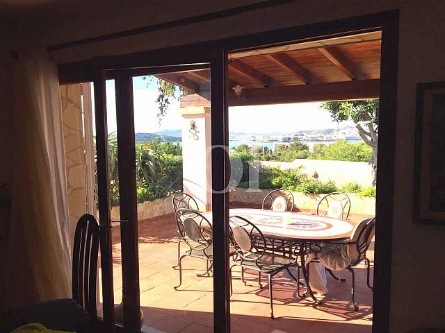 Porche soleado conectado con la terraza