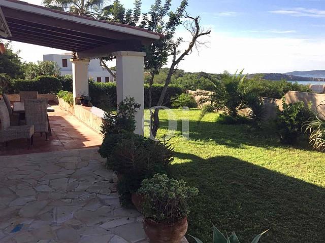 Продается дом с большим потенциалом в бухте Таламанка, Ибица