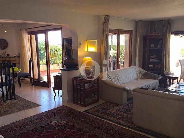 Шикарная гостиная дома на продажу в бухте Таламанка
