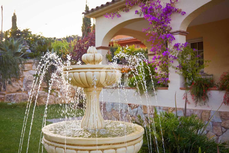 Preciosa fuente en el jardín