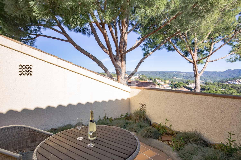 Gran terrassa solejada amb bones vistes
