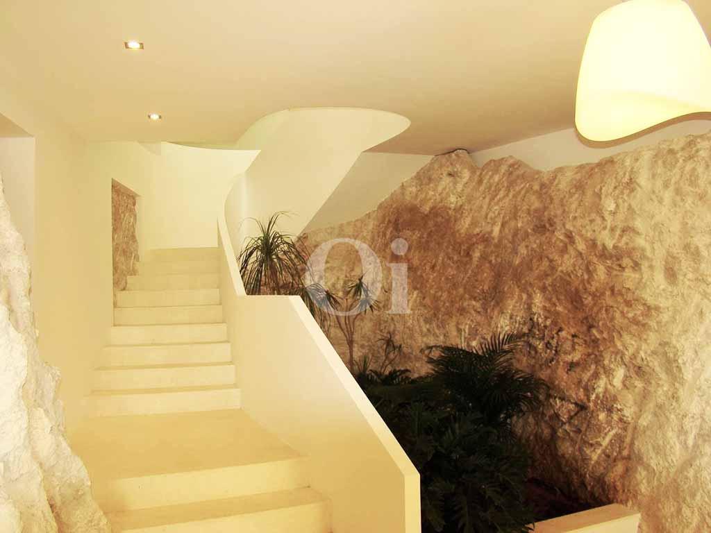 Шикарная лестница виллы в аренду на Ибице