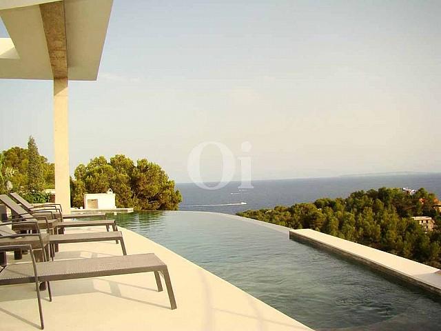 Exteriores de la casa con la piscina infinity
