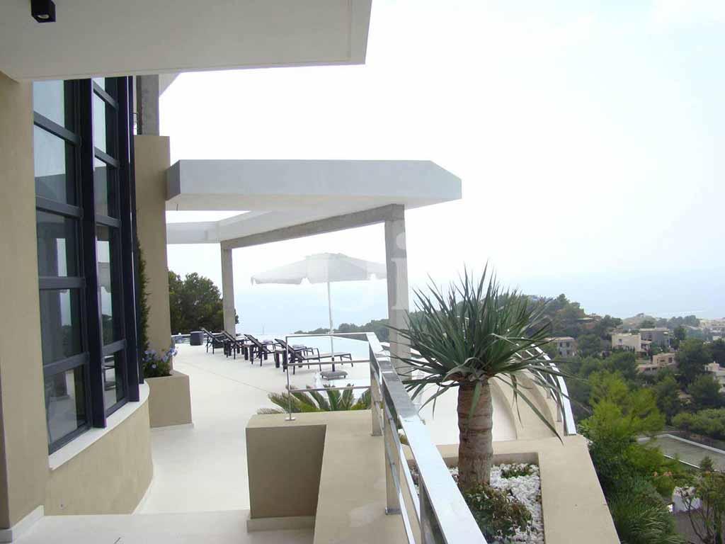 Exteriors de la casa amb la terrassa