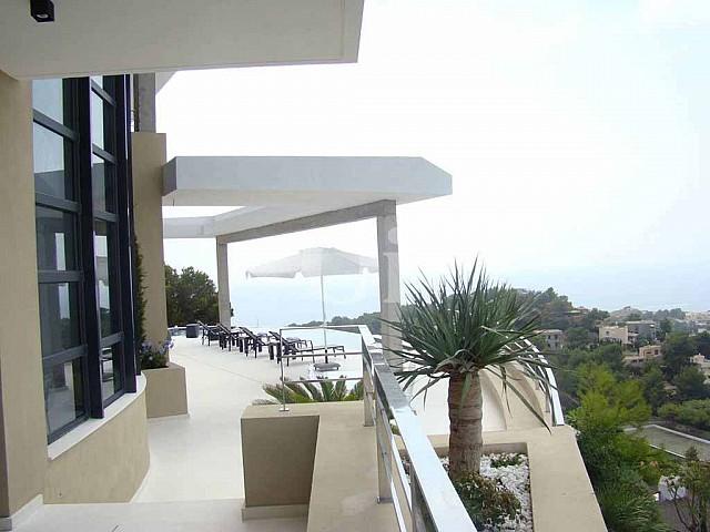 Exteriores de la casa con la terraza