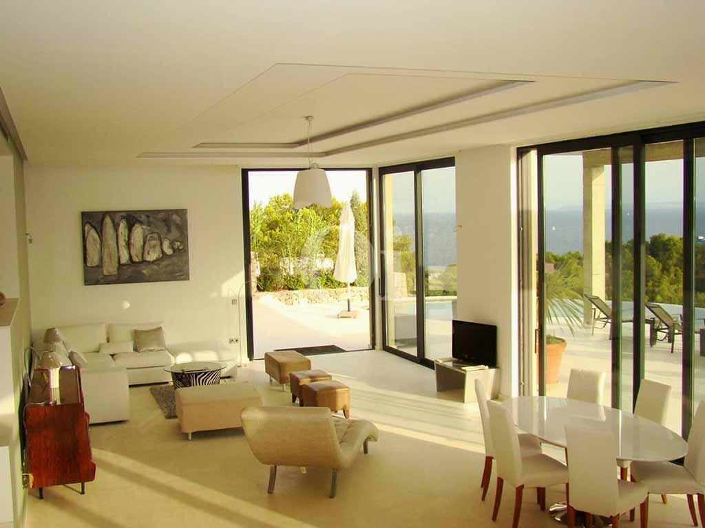 Saló-menjador amb grans finestrals que el connecten amb l'exterior