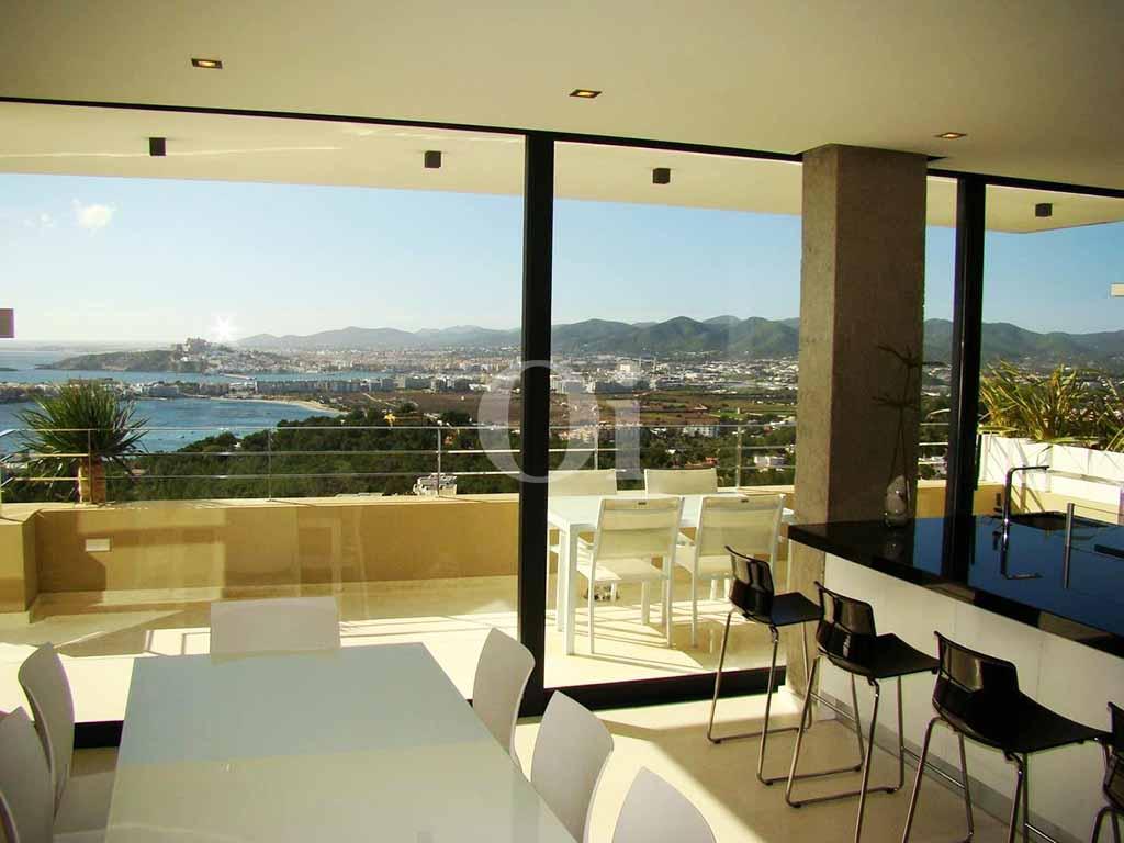 Accés a la gran terrassa amb vistes a l'exterior