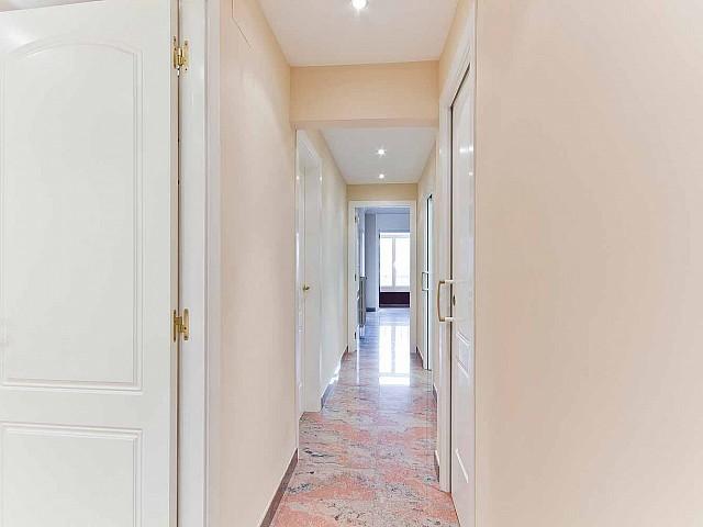 Вид коридора в превосходно отремонтированных апартаментах в центре Барселоны
