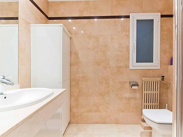 Вид ванной комнаты в превосходно отремонтированных апартаментах в центре Барселоны