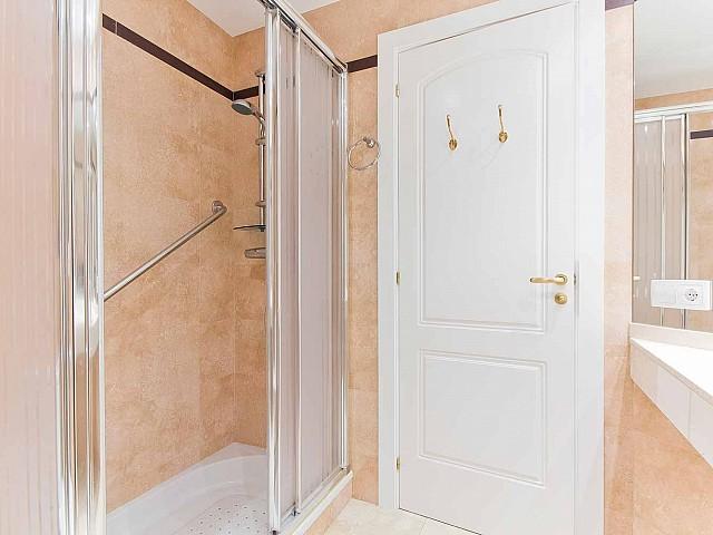 Salle de bain élégante dans un appartement de luxe en vente à Fort Pienc à Barcelone