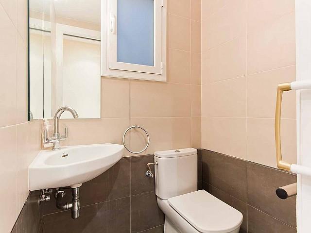 Вид туалета в превосходно отремонтированных апартаментах в центре Барселоны