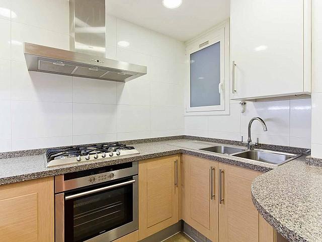 Cuisine équipée et fonctionnelle dans un appartement en vente à Fort Pienc à Barcelone