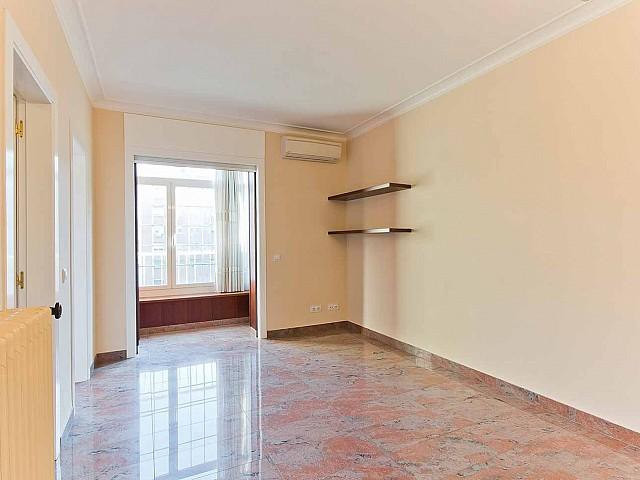 Вид зала с лоджией в превосходно отремонтированных апартаментах в центре Барселоны