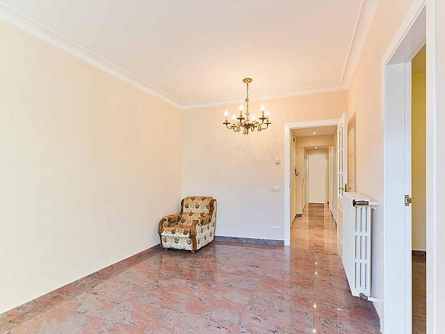 Helles Wohnzimmer in renovierter Wohnung in Fort Pienc zu verkaufen