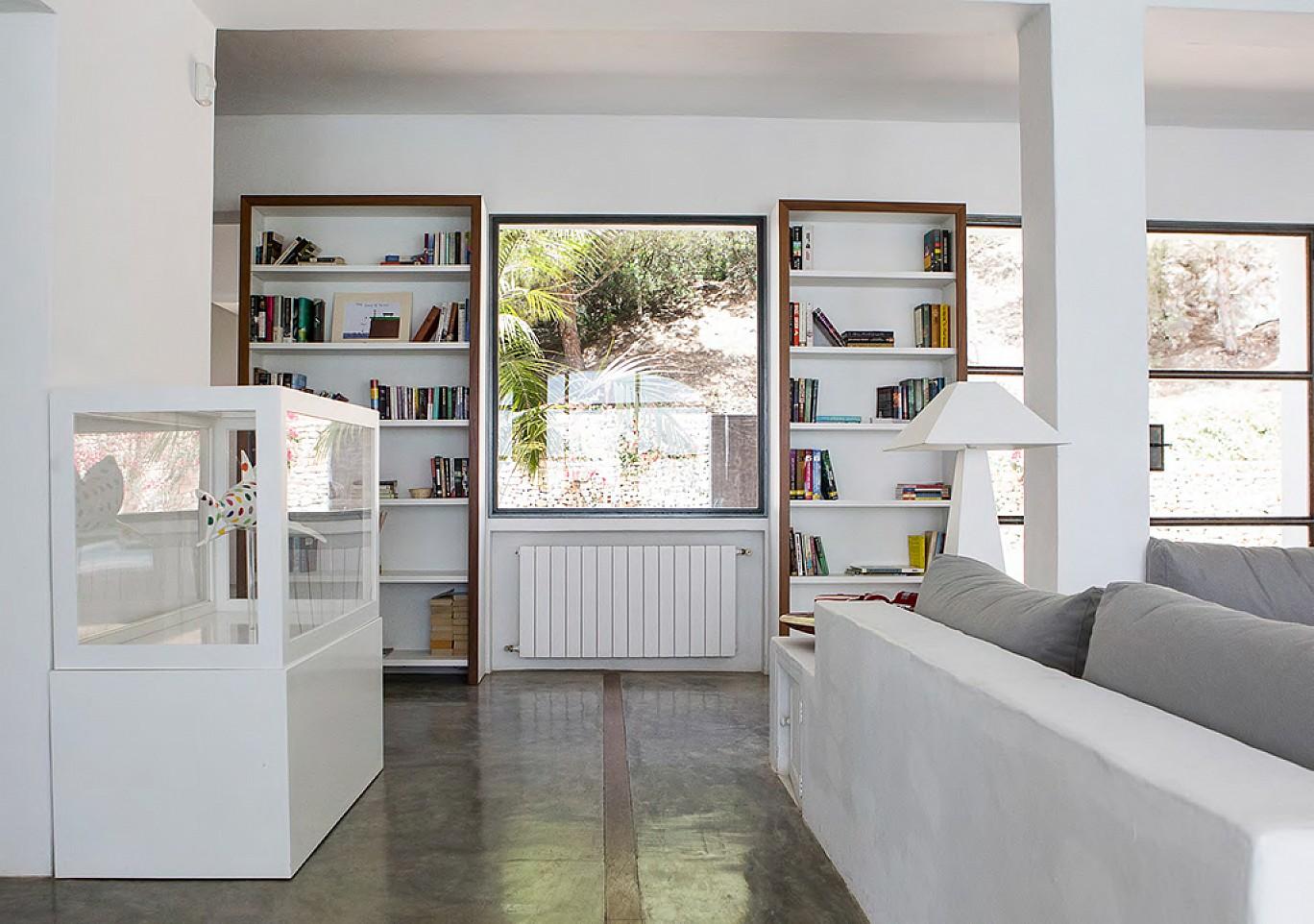 Просторная библиотека виллы в аренду на Ибице