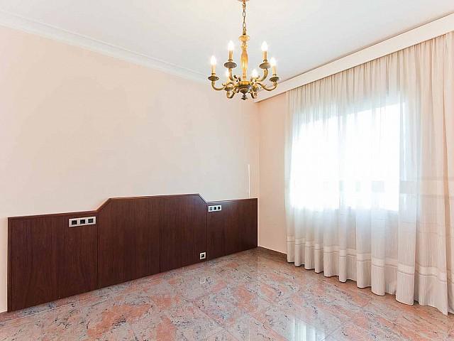 Вид спальни в превосходно отремонтированных апартаментах в центре Барселоны