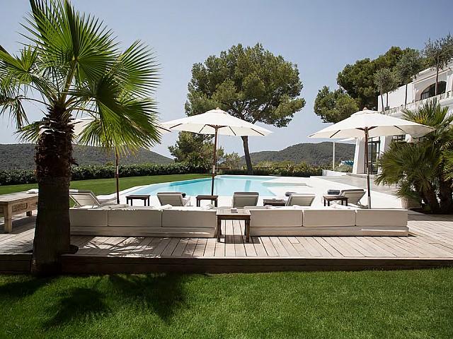 Vistes exteriors de la piscina amb hamaques