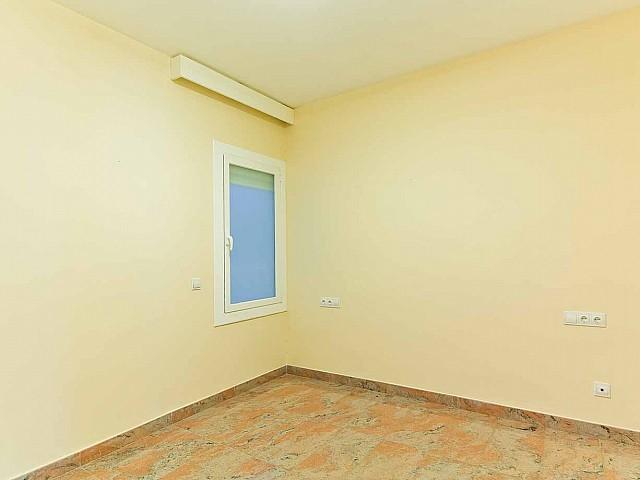 Grande pièce lumineuse dans un appartement en vente à Barcelone