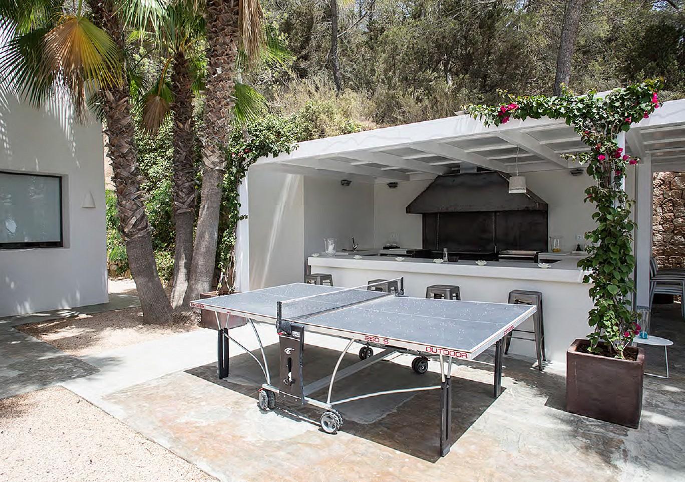 Mesa de ping pong junto a la cocina exterior
