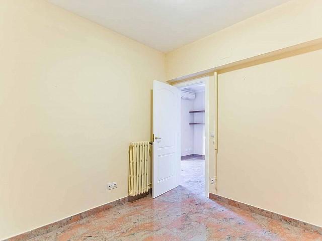 Вид комнаты в превосходно отремонтированных апартаментах в центре Барселоны