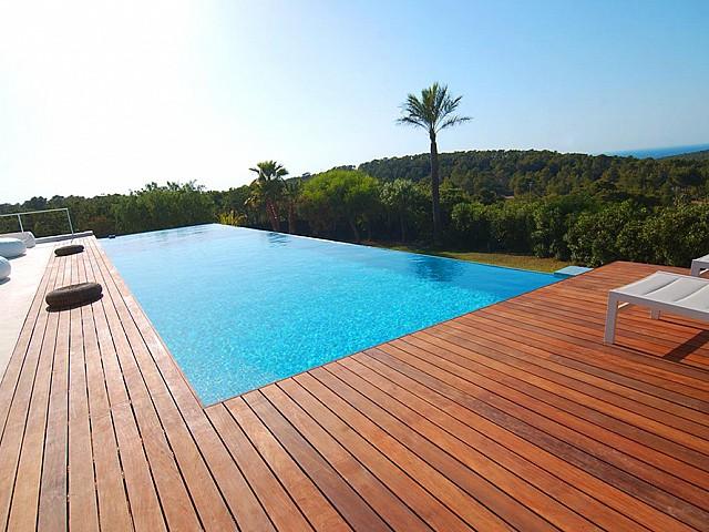 Роскошный бассейн виллы в балеарском стиле
