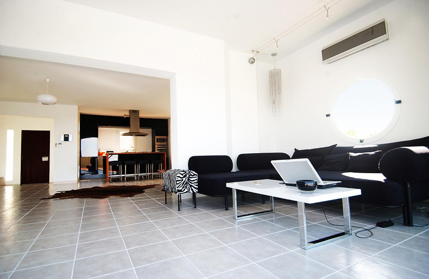 Просторная гостиная виллы в балеарском стиле